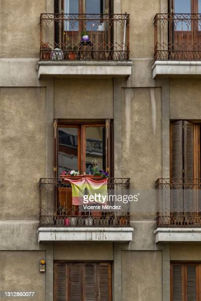 flag of spain on the balcony - extremism stock pictures, royalty-free photos & images