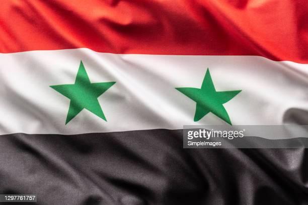 flag of syria blowing in the wind. - syrië stockfoto's en -beelden