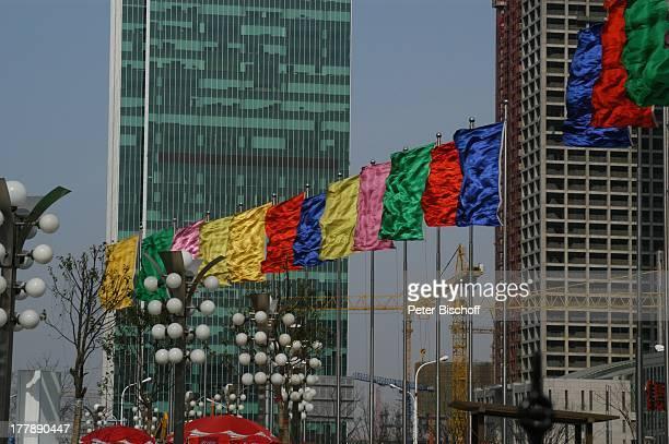 Flaggen Strassenlaternen am World Financial Center Stadtteil Pudong Shanghai China Asien Wolkenkratzer Hochhaus Lampe Flaggenparade Kran Flagge...