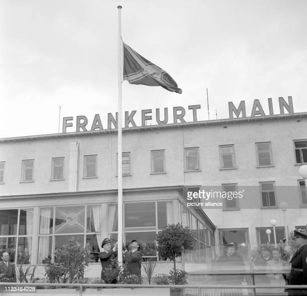 Flaggenhissung der neuen Lufthansa-Fahne auf dem Flughafen in Frankfurt am Main am . Die Lufthansa begann an diesem Tag mit ihrem planmäßigen...