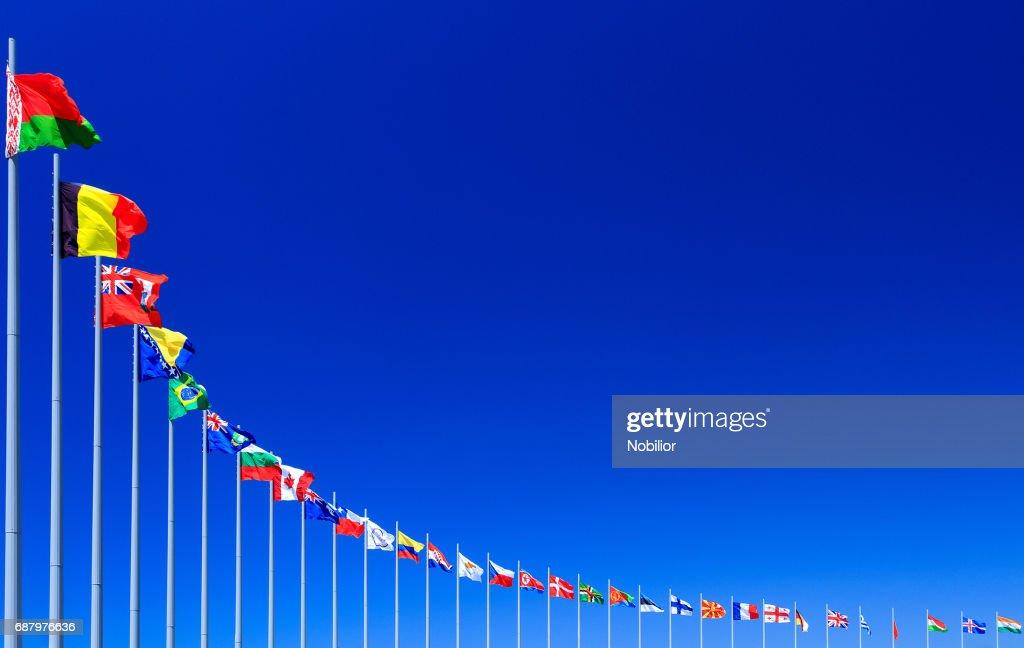 Flaggor mot blå himmel : Bildbanksbilder