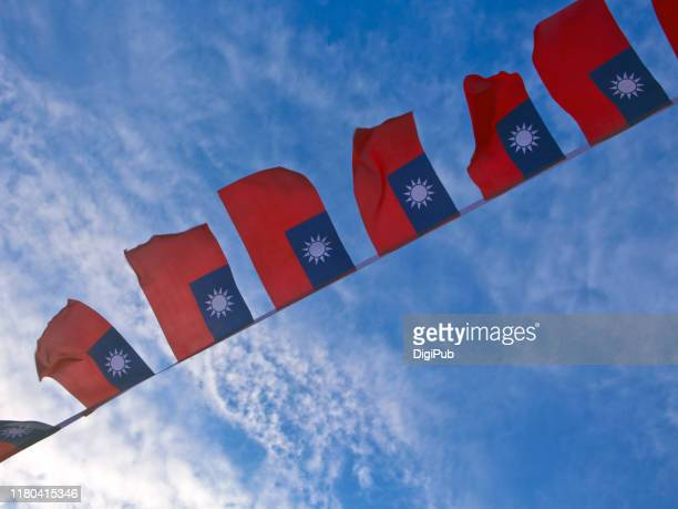 roc flags against sky in the morning on the day of double tenth festival - bandeira de taiwan - fotografias e filmes do acervo