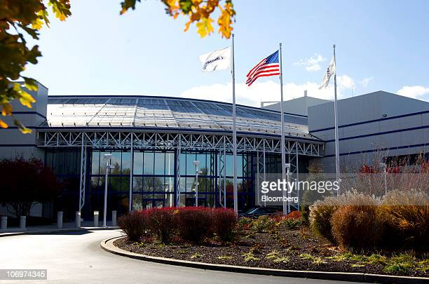 Flags fly outside of the Cablevision Systems Corp. Headquarters in Bethpage, New York, U.S., on Friday, Nov. 19, 2010. Cablevision, the New York-area...