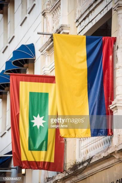 flags of cartagena and colombia - bandera colombiana fotografías e imágenes de stock