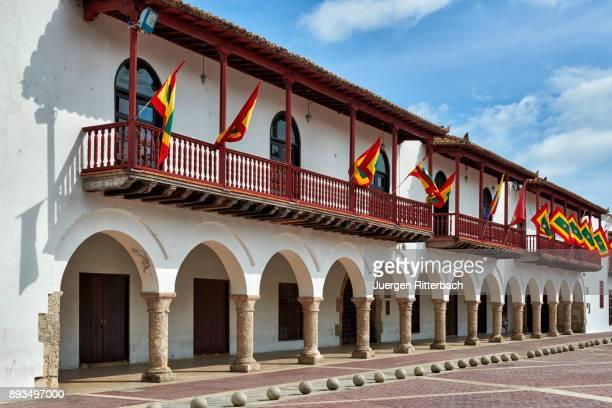"""flags of cartagena at historical facade of town hall """"alcaldia mayor"""" - bandera colombiana fotografías e imágenes de stock"""