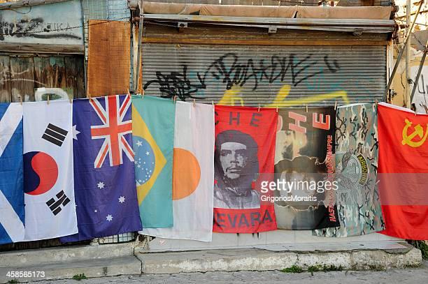 bandiere street vendita - bandiera comunista foto e immagini stock