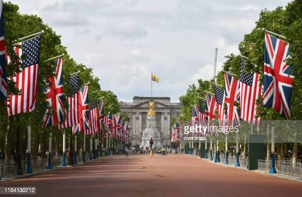 uk & us flags together - the mall westminster imagens e fotografias de stock
