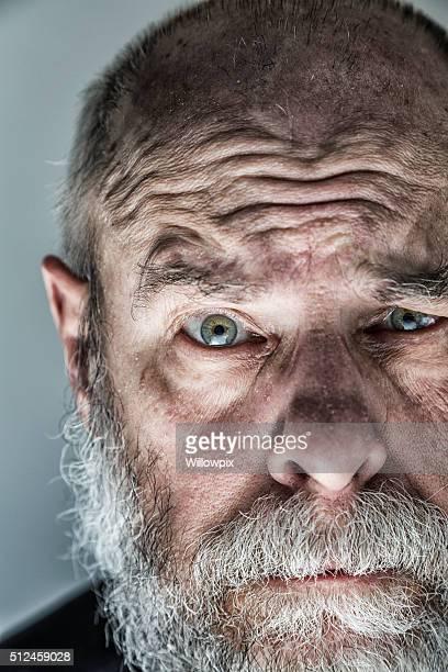 Squameuse adulte Senior homme fait des sourcils vous regardant d'un air sceptique gros plan
