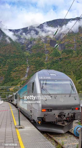壮大な山を背景にしたフラム鉄道駅。地球上で最も美しい鉄道の旅の一つであると言われています。 - ノルウェー文化 ストックフォトと画像
