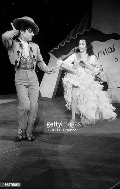 Antonio And His Gang At The Empire Theater Paris France janvier 1954 Le danseur de flamenco et chorégraphe espagnol ANTONIO présente son nouveau...
