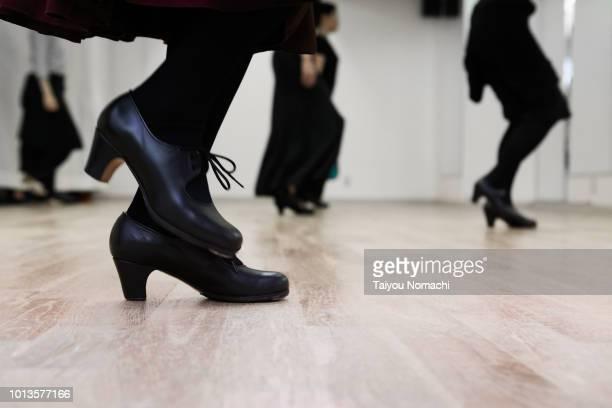 flamenco dancer kicking the floor - flamenco photos et images de collection