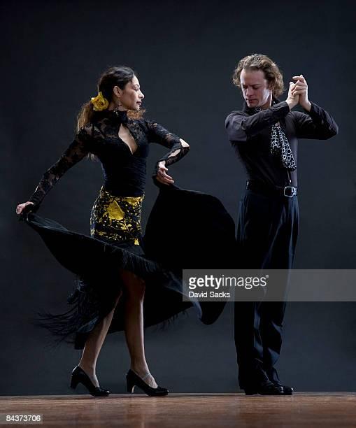 flamenco dancers - traditionele kledij stockfoto's en -beelden