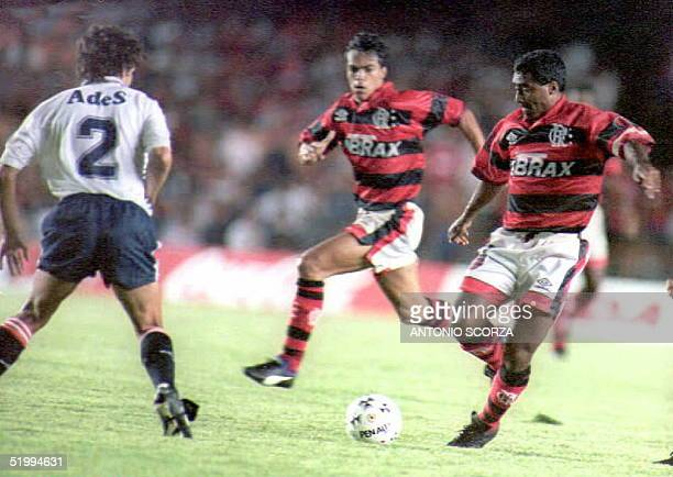 Flamengo forward and Brazilian soccer star Romario dribbles the ball towards Rotchen of Argentina's Independiente 06 December during the second game...