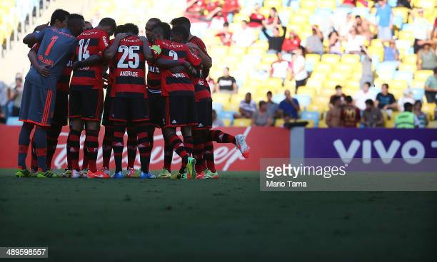 Flamengo players stand on the field during the match between Fluminense and Flamengo as part of Brasileirao Series A 2014 at Maracana on May 11 2014...