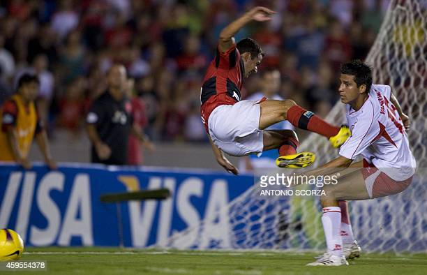 Flamengo's footballer Jailton vies for the ball with Jorge Vasquez of Coronel Bolognesi on April 23 2008 during their 2008 Libertadores Cup football...