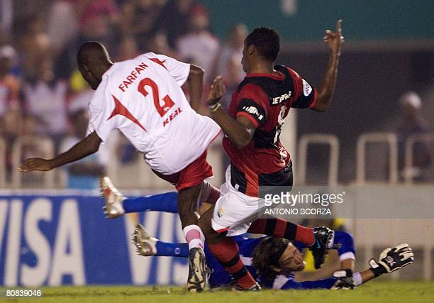 Flamengo's footballer Obina scores against Coronel Bolognesi's goalkeeper Diego Penny as Manuel Heredia fails to stop him on April 23, 2008 during...