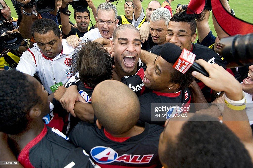 Flamengo's player Adriano (C) celebrates : News Photo