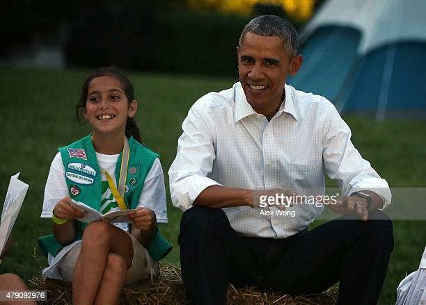 Flanked by Daphnye Shell of Peggs Oklahoma US President Barack Obama particiaptes in campfire songs session with fourthgrade Girl Scouts during the...
