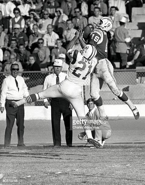 Flanker Lance Alworth of the San Diego Chargers makes a catch in a 51-10 win over the Boston Patriots in the 1963 AFL Championship game on January 5,...
