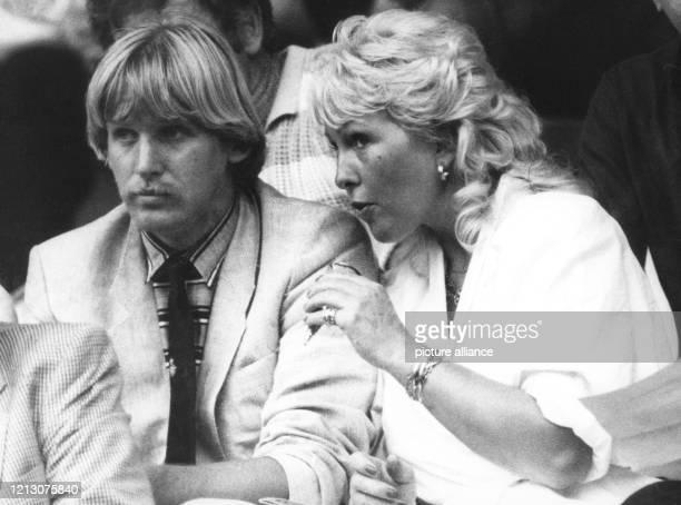 Flankiert von seiner Frau Gaby, ist der deutsche Mittelfeldspieler Bernd Schuster wegen einer Verletzung am 20.6.1984 im Pariser Prinzenparkstadion...