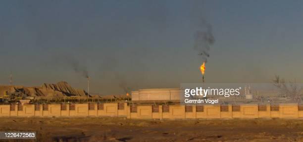 flares of iranian oil refinery and natural gas company smoking in the air, persian gulf, iran - países do golfo pérsico imagens e fotografias de stock