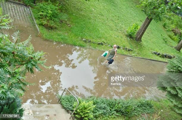 flash überschwemmung in deutschland wohngebiet nach harten regen - verbrechensopfer stock-fotos und bilder