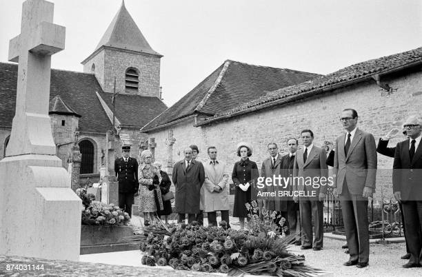 Flash trip for Jacques Chirac who between two planes on this day of June 18 came to collect himself on the grave of the General de Gaulle and the...