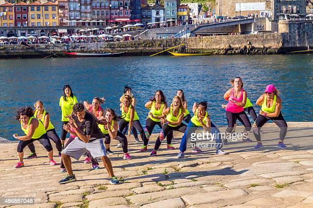 flashmob ballando nel ribeira riverside, porto - flash mob foto e immagini stock