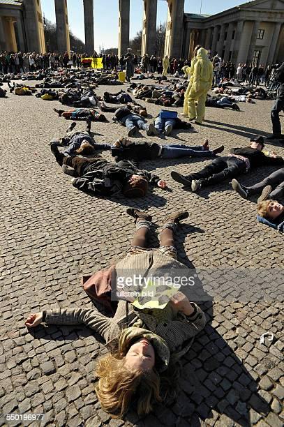 Flashmob gegen Atomkraft Atomkraftgegner mimen Strahlenopfer vor dem Brandenburger Tor in Berlin nach dem Unfall im japanischen Atomkraftwerk...
