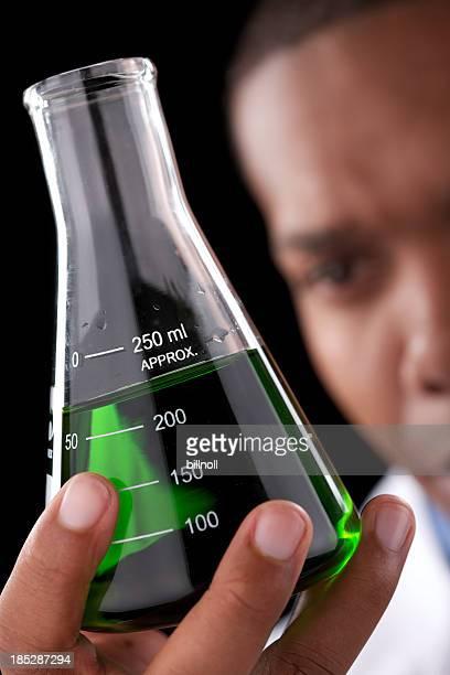 Glaskolben mit flüssiger geprüft von jungen Männlichen