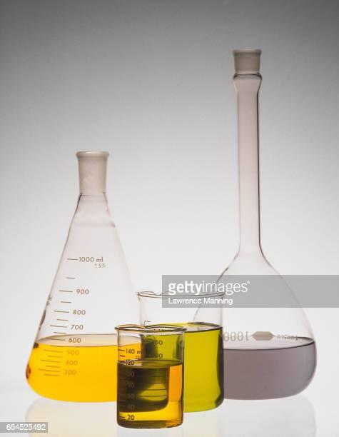 flasks and beakers - frasco cónico fotografías e imágenes de stock