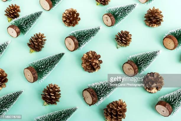 flat lay christmas trees and pine cone backgrounds - linda rama fotografías e imágenes de stock