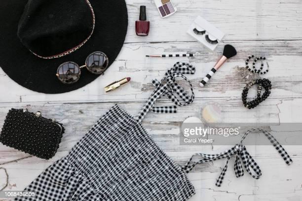 flat lay fashion black accessories for blogger stylish woman - schwarze handtasche stock-fotos und bilder