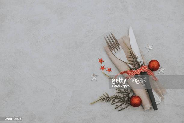 flat lay festive xmas setting and table decoration.copyspace - invitation stock pictures, royalty-free photos & images