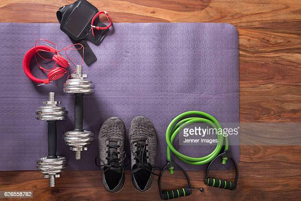 flat lay image of fitness equipment on yoga mat. - equipamento esportivo - fotografias e filmes do acervo