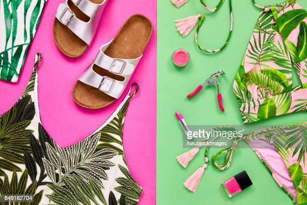 flach zu legen, der mode- und beauty-accessoires auf farbigem hintergrund - farbquadrat stock-fotos und bilder
