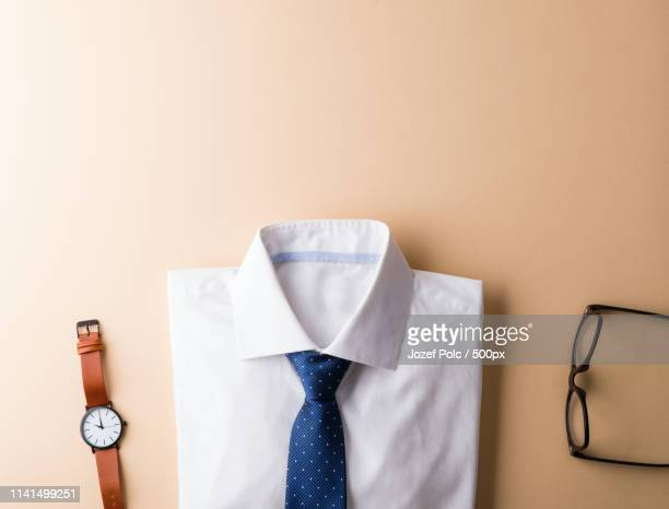 flat lay of shirt, tie, wristwatch and eyeglasses - overhemd en stropdas stockfoto's en -beelden