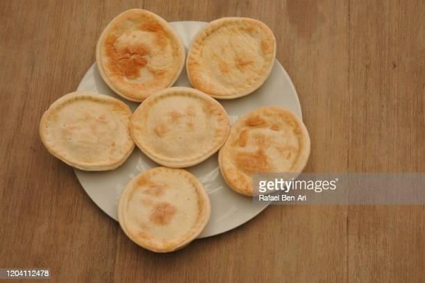 flat lay view of fresh homemade pies - rafael ben ari 個照片及圖片檔
