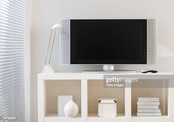 flat screen television on shelf - flat screen stock pictures, royalty-free photos & images