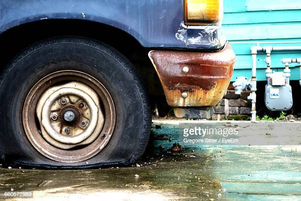 flat tire of abandoned car - flat tire stock pictures, royalty-free photos & images