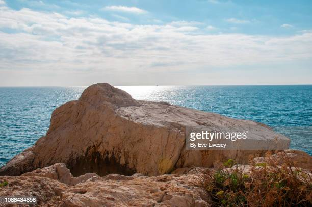 flat topped rock in the mediterranean sea - rocha imagens e fotografias de stock