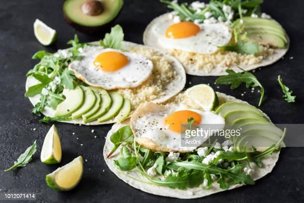 flatbread with avocado, egg, feta cheese and arugula salad - vegetarisches gericht stock-fotos und bilder