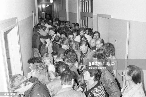 Flüchtlinge aus der DDR stehen am in einer Notunterkunft in einer Schule in Hannover in einer Schlange, nachdem sie mit über 800 DDR-Flüchtlingen,...