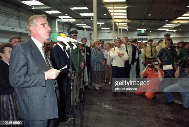 Flüchtlinge aus der DDR werden am in einer Messehalle in Hannover , nachdem sie zuvor mit einem Sonderzug aus Prag über das Staatsgebiet der DDR...