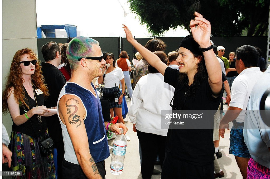 """Kirk Hammet interview on GN'R guys becoming """"unacessible"""" and a """"third party"""" account of the Axl feud with Kuurt Cobain Flea-and-kirk-hammett-during-1992-mtv-video-music-awards-in-los-picture-id111187539"""