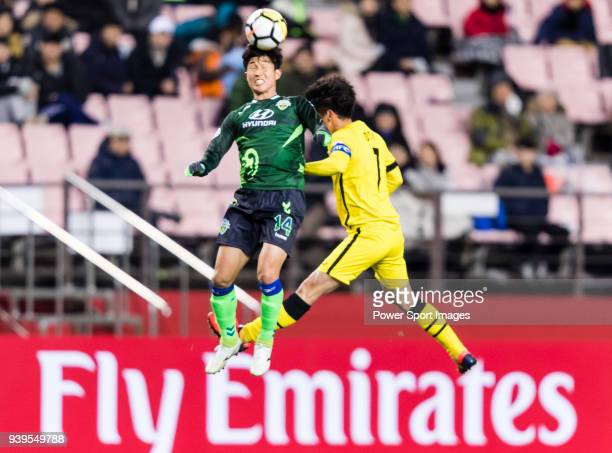 fLee SeungGi of Jeonbuk Hyundai Motors FC fights for the ball with Hidekazu Otani of Kashiwa Reysol in action during the AFC Champions League 2018...