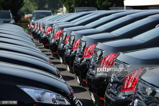 Flota de coches en una fila.