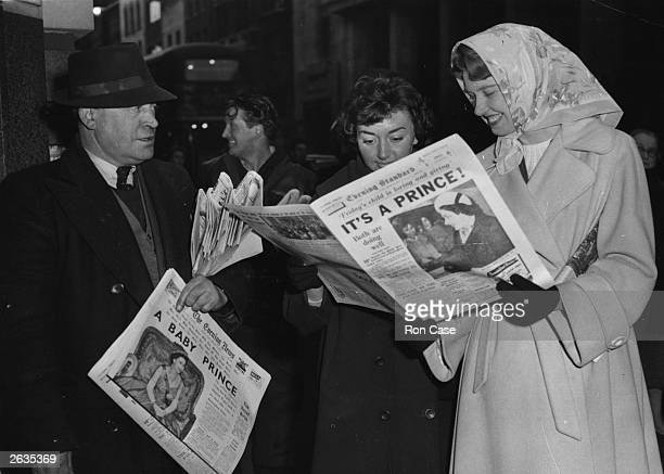 Fleet Street office workers on their way home read the news that the Queen has given birth to a baby boy.