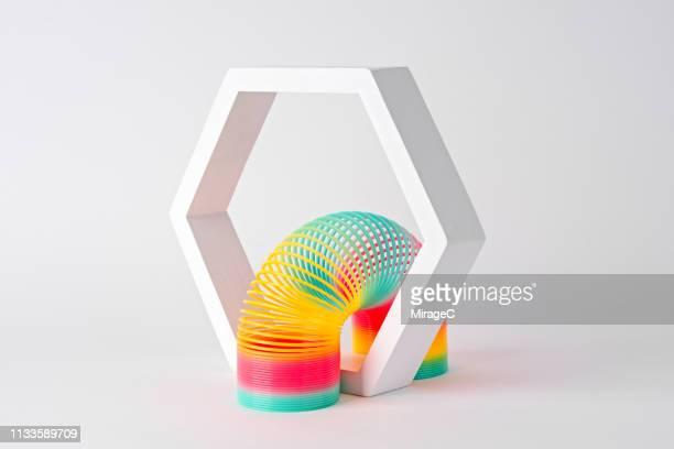 flexible coil crossing hexagon frame - espiral de metal - fotografias e filmes do acervo