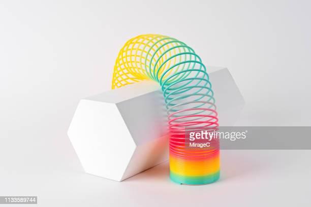 flexible coil striding hexagon shape - espiral de metal - fotografias e filmes do acervo